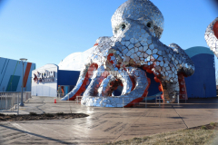 The entrance to the Aquarium at the Boardwalk features 18,000 SF of custom patterned Bomanite imprinted concrete including a radial boardwalk area and a large field of custom and unique hexagonal patterned concrete that add distinct design detail and is a great accent to the large, mirrored octopus sculpture outside the aquarium.